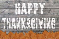 Ação de graças feliz escrita no fundo da placa de madeira com folha Imagens de Stock