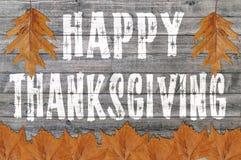 A ação de graças feliz escrita no fundo da placa de madeira com lote sae Imagem de Stock