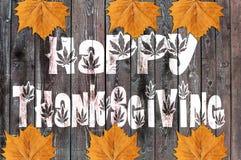 Ação de graças feliz escrita no fundo de madeira com folha Fotografia de Stock Royalty Free