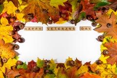 Ação de graças feliz no fundo branco com folhas de outono Copie o espaço para o texto Imagem de Stock Royalty Free