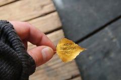 Ação de graças feliz - texto e folha do outono Imagens de Stock