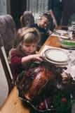 Ação de graças: A menina toma um gosto de Turquia imagem de stock