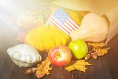 Ação de graças nos estados Abóboras da colheita do outono, maçãs nos EUA Bandeira americana Imagem de Stock Royalty Free