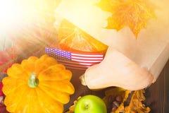 Ação de graças nos estados Abóboras da colheita do outono, maçãs nos EUA Bandeira americana Fotos de Stock