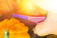 Ação de graças nos estados Abóboras da colheita do outono, maçãs nos EUA Bandeira americana Fotografia de Stock Royalty Free