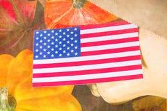 Ação de graças nos estados Abóboras da colheita do outono, maçãs nos EUA Bandeira americana Foto de Stock