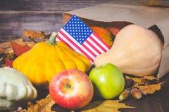 Ação de graças nos estados Abóboras da colheita do outono, maçãs nos EUA Bandeira americana Fotos de Stock Royalty Free