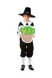 Ação de graças: Peregrino que olha o milho na cesta Imagem de Stock