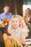 Ação de graças: Risos bonitos da menina quando o jantar for preparado Imagens de Stock