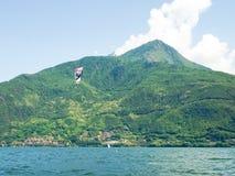 Ação de Kitesurfing no lago Fotografia de Stock Royalty Free