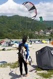 Ação de Kitesurfing no lago Fotografia de Stock