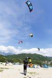 Ação de Kitesurfing no lago Imagem de Stock