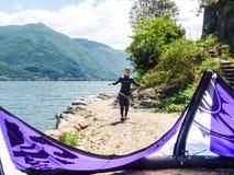 Ação de Kitesurfing no lago Imagem de Stock Royalty Free