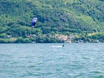 Ação de Kitesurfing no lago Imagens de Stock