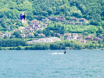 Ação de Kitesurfing no lago Fotos de Stock Royalty Free