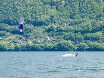 Ação de Kitesurfing no lago Foto de Stock