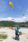 Ação de Kitesurfing no lago Preparação, partindo da praia, navegando no lago Imagem de Stock Royalty Free