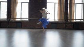 Ação de surpresa da dança - guita do salto no movimento lento vídeos de arquivo