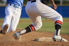 Ação do basebol - os pés primeiramente deslizam na base Fotos de Stock Royalty Free