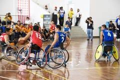 Ação do basquetebol da cadeira de rodas dos homens Fotografia de Stock Royalty Free