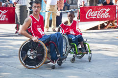 Ação do basquetebol da cadeira de rodas dos homens Imagens de Stock
