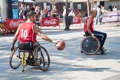 Ação do basquetebol da cadeira de rodas dos homens Imagens de Stock Royalty Free