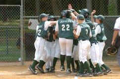 Ação do jogo de basebol da liga júnior Fotografia de Stock