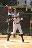 Ação do jogo de basebol da liga júnior Foto de Stock