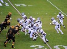 Ação do jogo de futebol da High School Fotografia de Stock