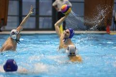 Ação do polo aquático - jogando a bola Imagem de Stock