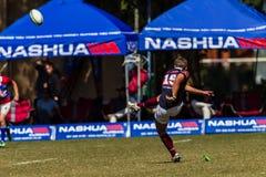Rugby Westville da bola do pontapé de objetivo do jogador Imagens de Stock