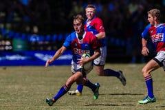 Rugby Framesby da bola do funcionamento de Backline do jogador Fotografia de Stock