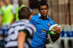 Bola Running da asa do rugby do jogador Fotografia de Stock Royalty Free