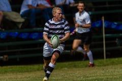 Rugby Selborne da passagem do funcionamento da asa do jogador Imagens de Stock Royalty Free