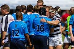 Jogo de rugby dos apertos de mão dos jogadores sobre Fotos de Stock