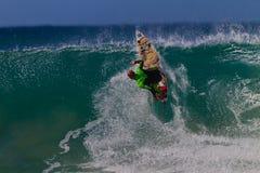 Ação do vertical da onda do surfista   Imagens de Stock