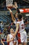 Ação dos meninos do basquetebol sob a aro Fotos de Stock Royalty Free