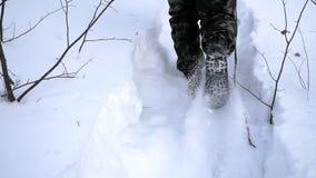 Ação em circunstâncias frias grampo Soldado que corre na floresta em algum lugar acima do círculo ártico vídeos de arquivo