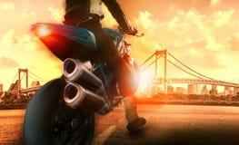 Ação extrema da equitação do homem na motocicleta grande Imagens de Stock