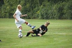 Ação fêmea do futebol da faculdade júnior Imagem de Stock Royalty Free