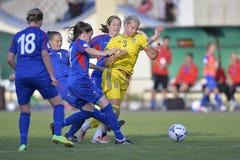Ação fêmea do jogo de futebol Fotos de Stock Royalty Free