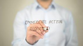 Ação imediata exigida, escrita do homem na tela transparente Imagem de Stock Royalty Free
