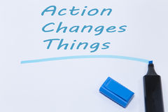 A ação muda as coisas escritas pelo marcador azul Fotografia de Stock