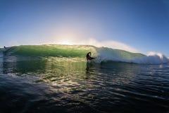 Ação surfando da água da onda do impacto do surfista Fotografia de Stock