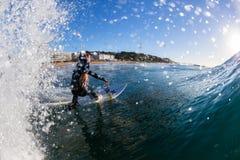 Ação surfando da onda de água do surfista Imagem de Stock