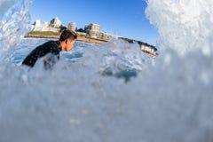 Ação surfando da onda de água do surfista Foto de Stock