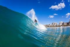 Ação surfando da onda de água do surfista Imagens de Stock Royalty Free