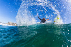 Ação surfando da onda de água do surfista da menina Fotos de Stock Royalty Free