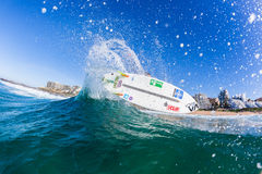 Ação surfando da onda de água do surfista da menina Fotografia de Stock