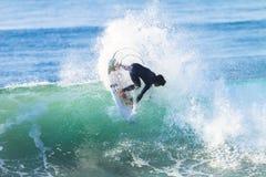 Ação surfando do passeio do surfista Imagem de Stock